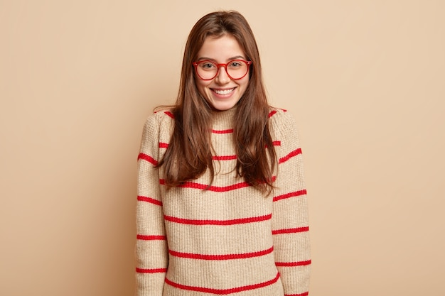 Gember tiener met rode bril