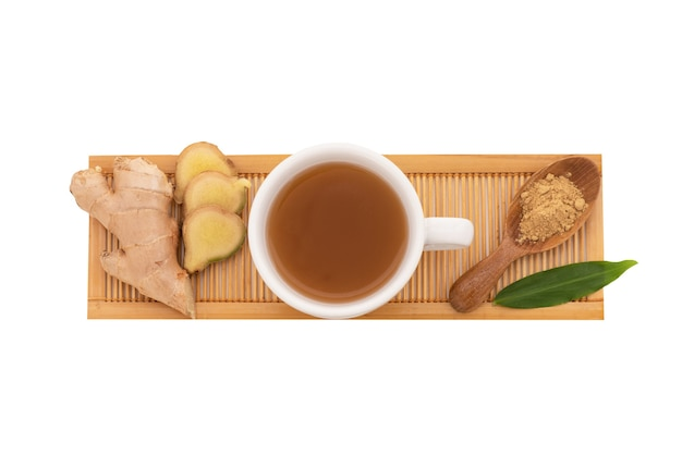 Gember wortelstok en thee geïsoleerd op een witte achtergrond met uitknippad. bovenaanzicht, plat lag.