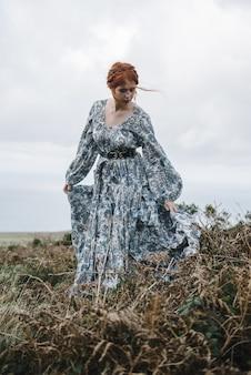 Gemberd vrouwtje met een puur witte huid in een mooie blauwe jurk