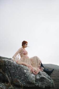 Gemberd vrouwtje met een puur witte huid in een roze jurk