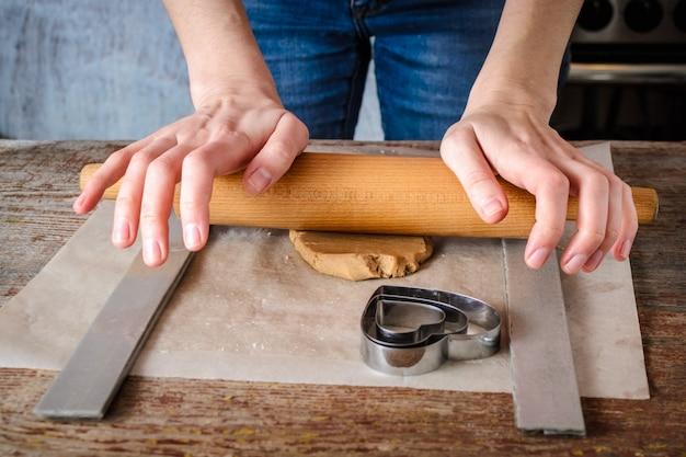 Gemberkoekjes thuis maken in de keuken.