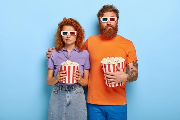 Gemberpaar poseren met popcorn en glazen