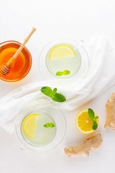 Gemberthee met citroen en munt in glazen bekers