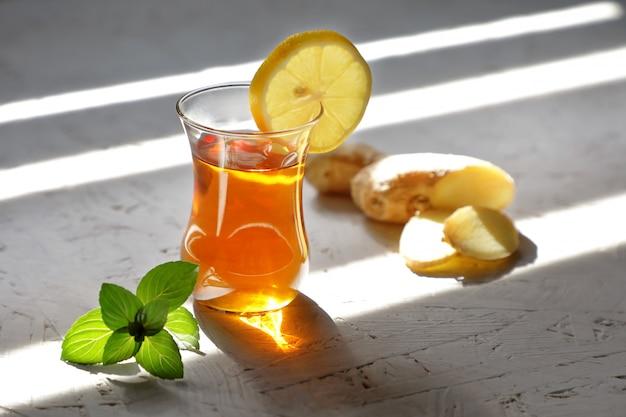 Gemberthee met munt en citroen.