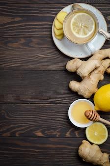 Gemberwortelthee met citroen en honing op houten