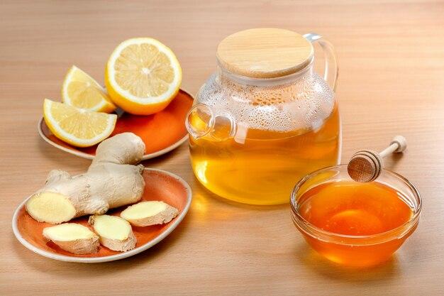 Gemberwortelthee met citroen en honing op tafel.