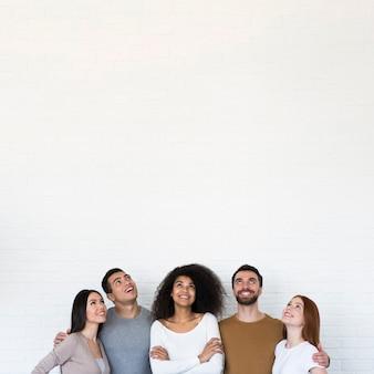 Gemeenschap van jonge mensen die samen poseren