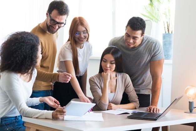 Gemeenschap van jongeren die samen aan een project werken