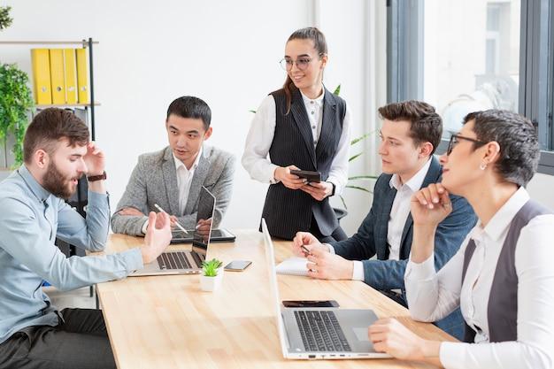 Gemeenschap van ondernemers die aan een project werken