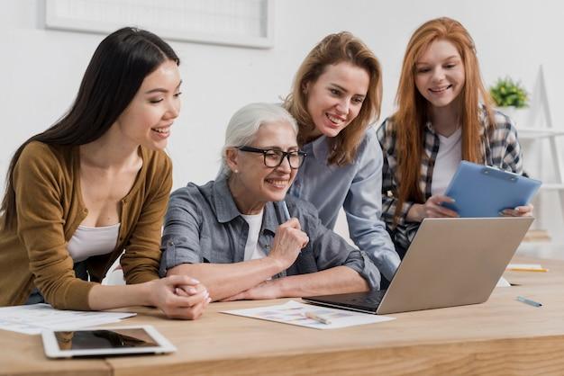 Gemeenschap van volwassen vrouwen die samenwerken