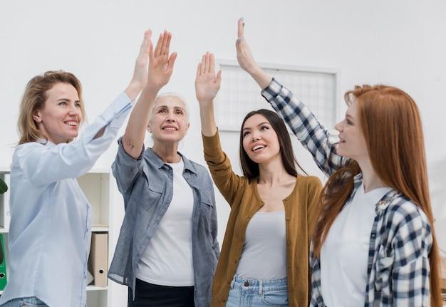 Gemeenschap van volwassen vrouwen gelukkig samen
