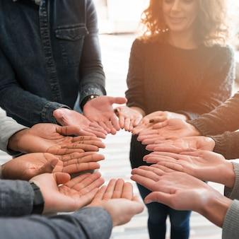 Gemeenschapsconcept met handen van mensen