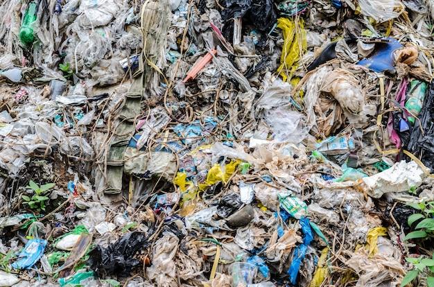 Gemeentelijke afvalverwerking door open dump-proces.