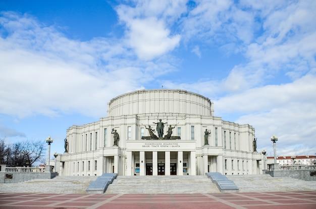 Gemeentelijke diensten hebben het gebouw van de national academic grand opera and ballet theatre gerestaureerd.