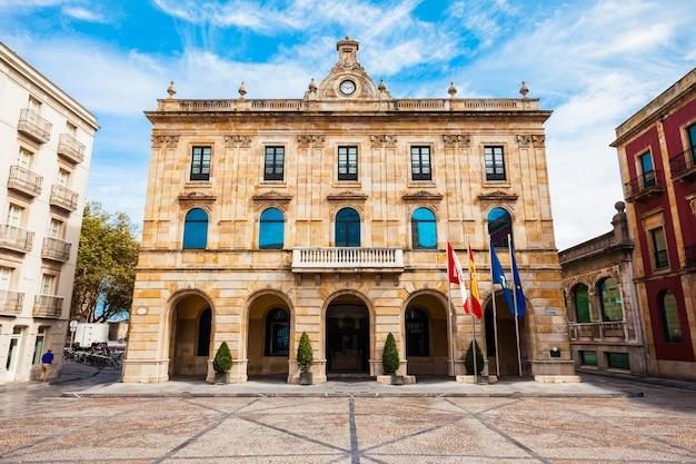 Gemeenteraad gijon op de plaza mayor of het hoofdplein in het centrum van de stad gijon in asturië, spanje