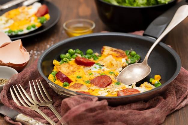 Gemengd ei met aardappel, erwten en rookworst