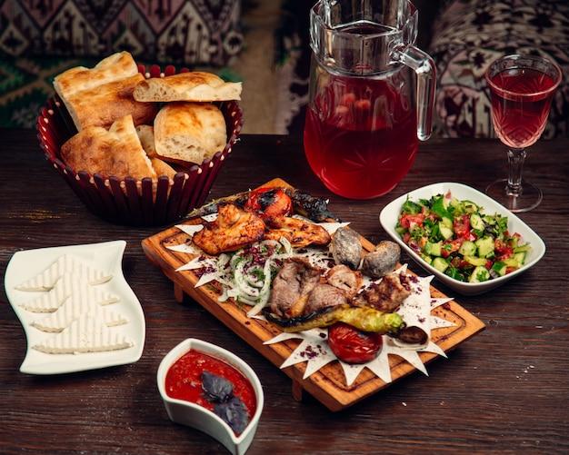 Gemengd gebakken vlees met glas compote