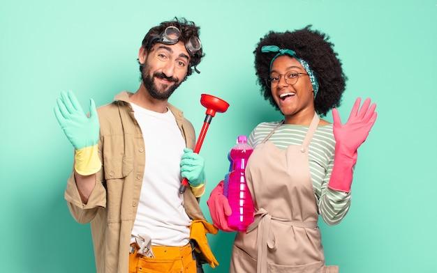 Gemengd paar dat vrolijk en opgewekt lacht, hand zwaait, je verwelkomt en begroet, of afscheid neemt. huishoudelijk concept .. huisreparaties concept