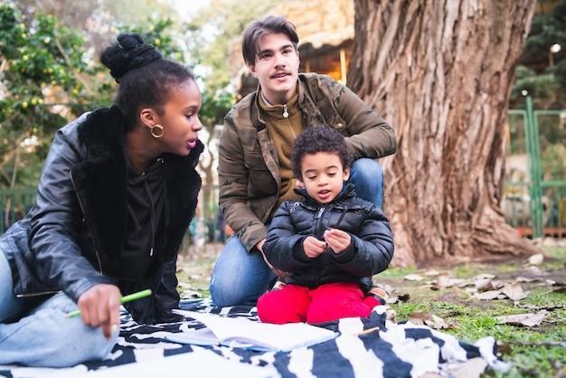 Gemengd ras etnische familie in het park.