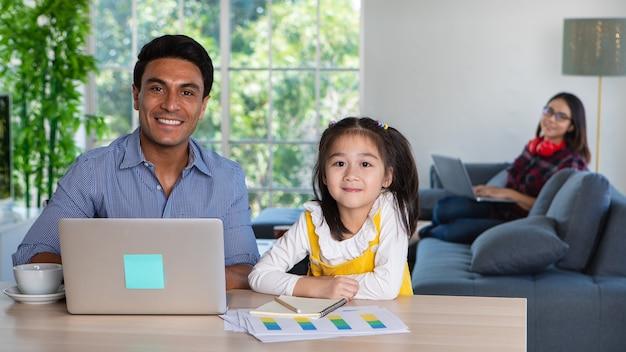 Gemengd ras familie tijd delen in de woonkamer. Premium Foto