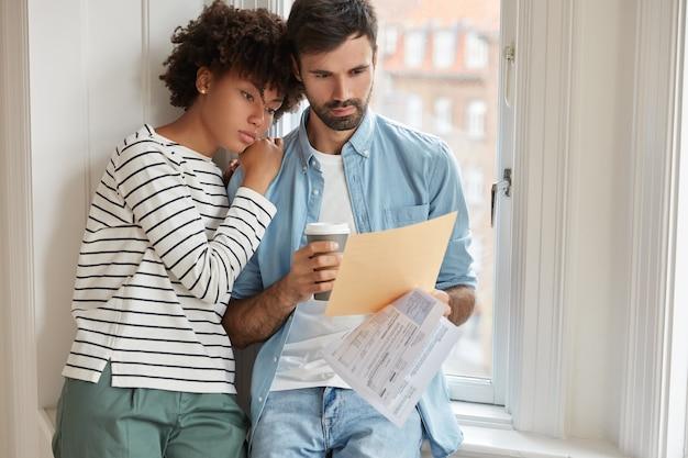 Gemengd ras gezinspaar studiebudget samen