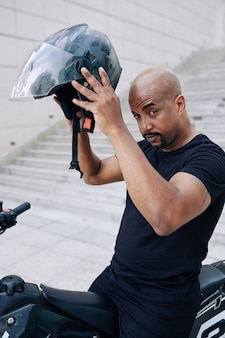 Gemengd ras man zittend op de fiets