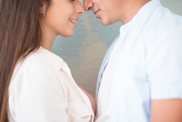 Gemengd ras paar dicht aanraken neus elkaar - liefde en relatie concept met jonge man en vrouw - vriend vriendin samen - vriendschap duizendjarige jongen en meisje