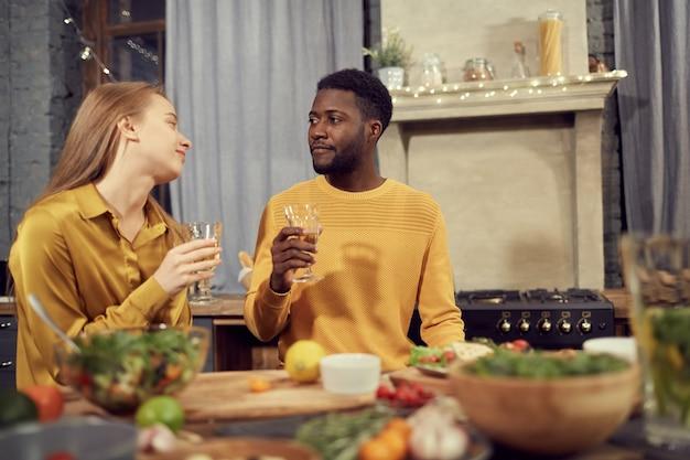 Gemengd ras paar genieten van diner