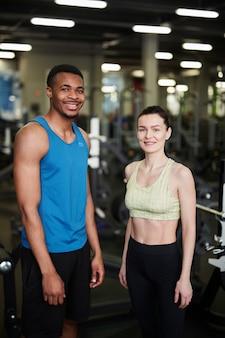 Gemengd ras paar poseren in de sportschool