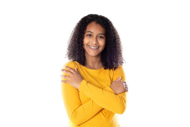 Gemengd ras vrouw met schattig afrohaar