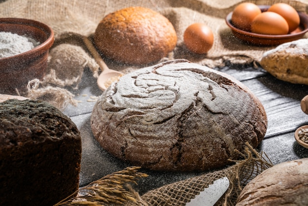 Gemengd rogge-tarwe volkoren zelfgemaakt zuurdesembrood