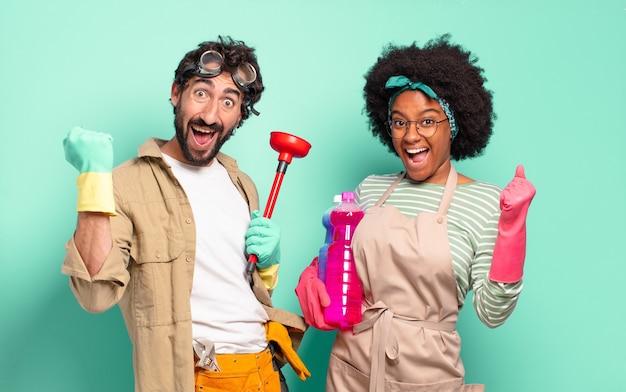 Gemengd stel dat geschokt, opgewonden en gelukkig is, lacht en succes viert, zegt wow !. huishoudelijk concept .. huisreparaties concept