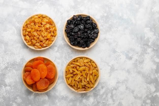 Gemengd van gedroogd fruit, abrikozen, druiven, pruimen op licht