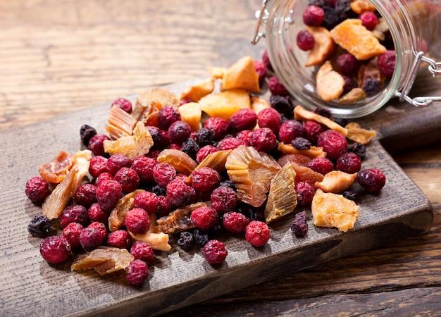 Gemengd van gedroogd fruit op een houten bord