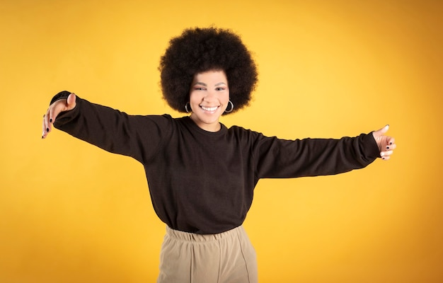 Gemengde afro haar vrouw knuffelen, glimlachen, blij,