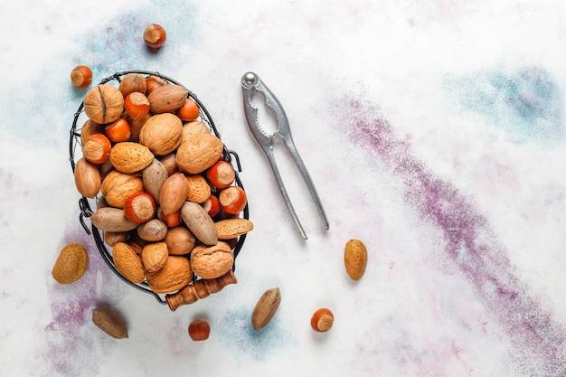 Gemengde biologische noten met schaal.