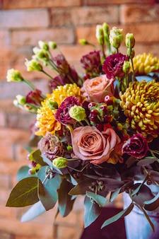 Gemengde bloemsamenstelling rozen lithianthus chrysanten