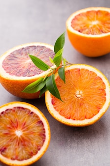 Gemengde citrusvruchten citroenen, limoenen op een grijze tafel.