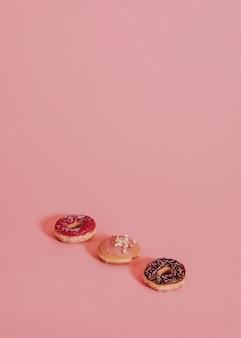 Gemengde donuts op een rij