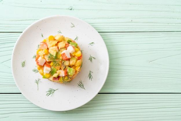 Gemengde fruitsalade met krabstick (appel, mais, papaja, ananas)