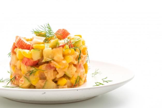 Gemengde fruitsalade met krabstick (appel, maïs, papaya, ananas)