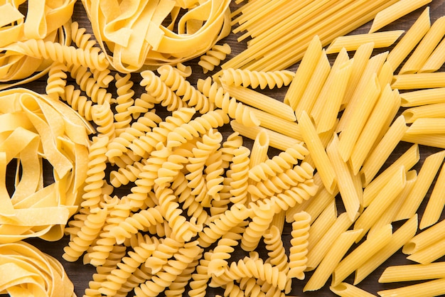 Gemengde gedroogde italiaanse pasta collectie. droge pasta achtergrond