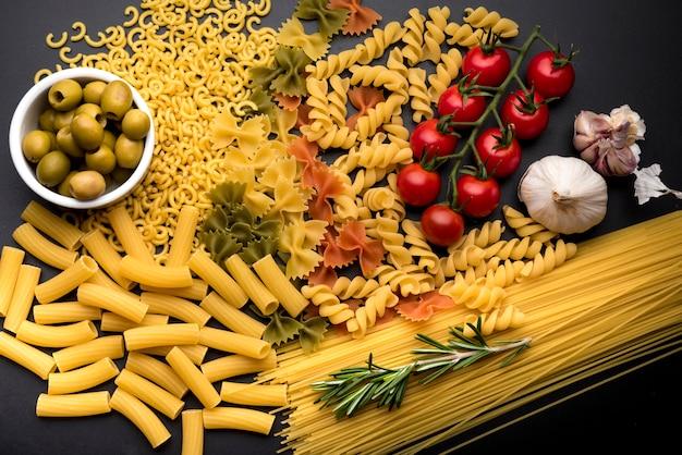 Gemengde gedroogde pasta met smakelijke gezonde ingrediënten