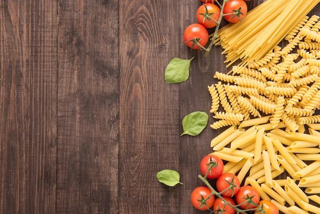 Gemengde gedroogde pasta selectie op houten achtergrond