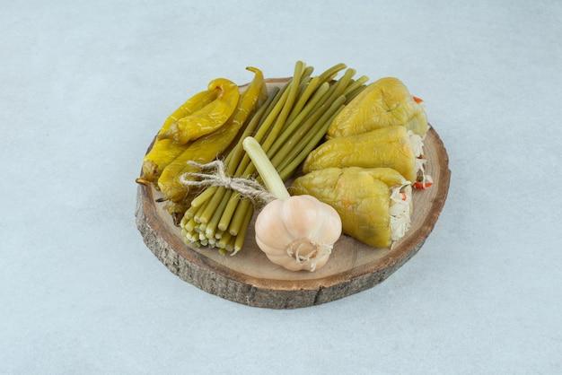 Gemengde gefermenteerde groenten op stuk hout.