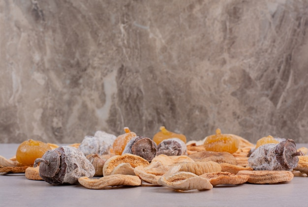 Gemengde gezonde gedroogde vruchten met op marmeren achtergrond. hoge kwaliteit foto