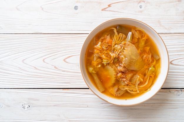 Gemengde groente zure soep