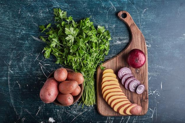 Gemengde groenten op een houten bord.