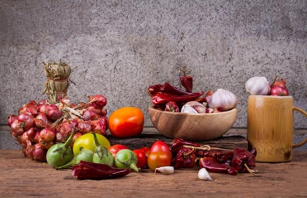 Gemengde groenten op oude houten tafel. natuur eten