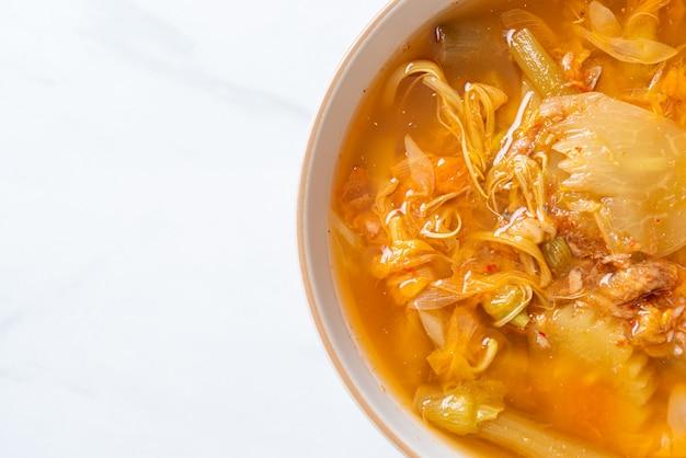 Gemengde groentes zure soep